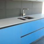 Cozinha em quartz Silestone Blanco Zeus e Amazon